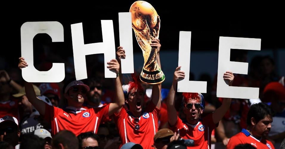 Chilenos exibem cartaz com a réplica da taça da Copa do Mundo no Mineirão