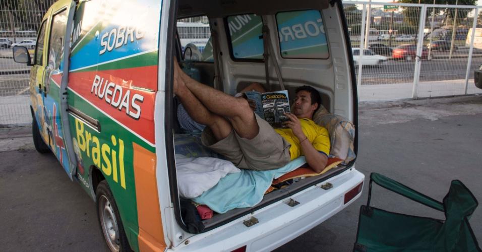 Colombiano descansa em van estacionada no sambódromo do Rio de Janeiro, locado para desafogar a concentração de pessoas abrigadas nas praias de Copacabana e Ipanema
