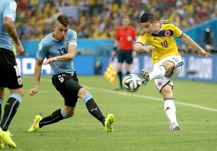 Colombiano James Rodríguez tenta cruzamento durante jogo contra o Uruguai pelas oitavas de final da Copa