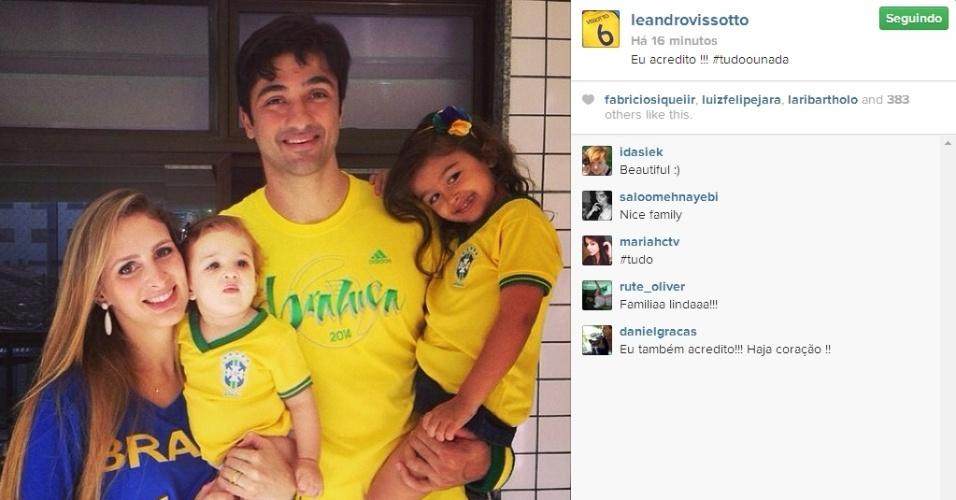 Com a sua família, Leandro Vissotto, da seleção brasileira de vôlei, acompanha partida entre Brasil x Chile