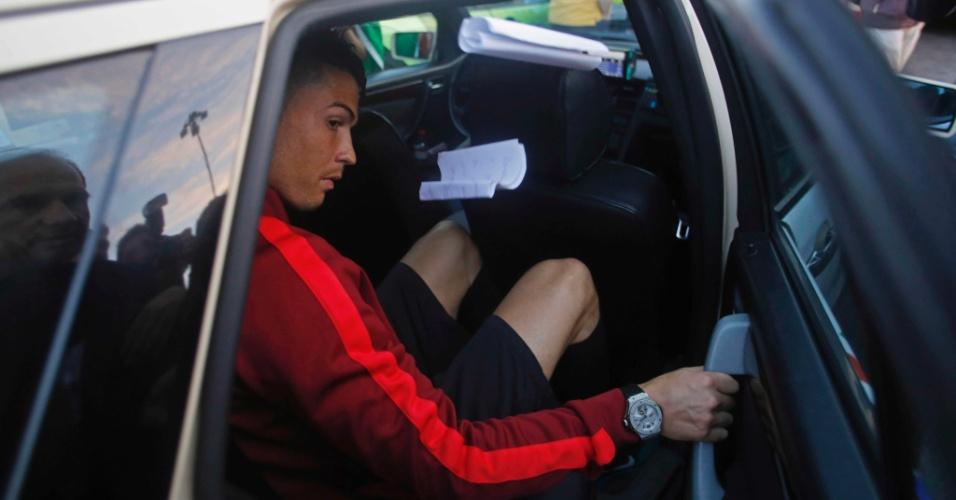 Cristiano Ronaldo deixa aeroporto de Lisboa, após chegada da seleção de Portugal, eliminada da Copa do Mundo