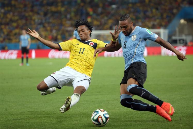 Cuadrado arrisca carrinho para evitar o cruzamento de Álvaro Pereira durante jogo entre Colômbia e Uruguai