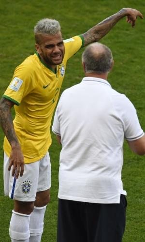 Daniel Alves faz careta enquanto recebe instruções de Felipão à beira de campo