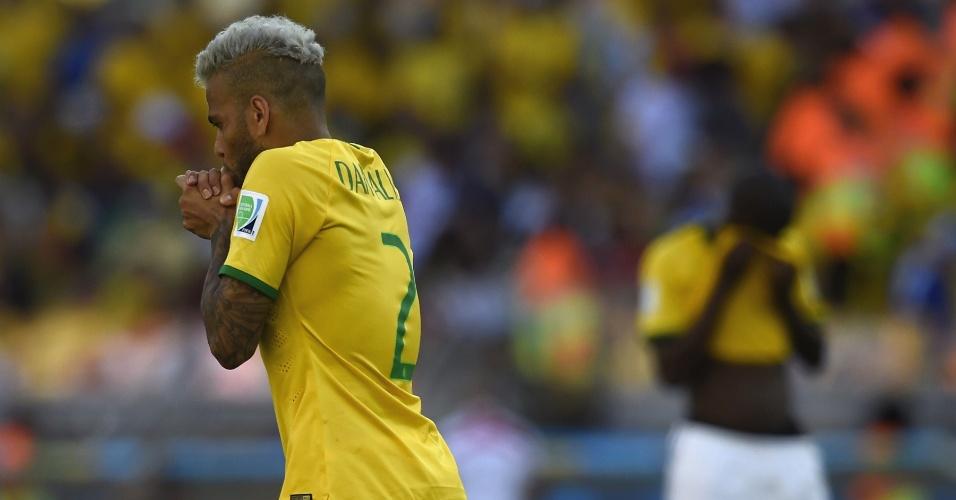 Daniel Alves faz expressão de sofrimento, na difícil classificação brasileira contra o Chile, no Mineirão