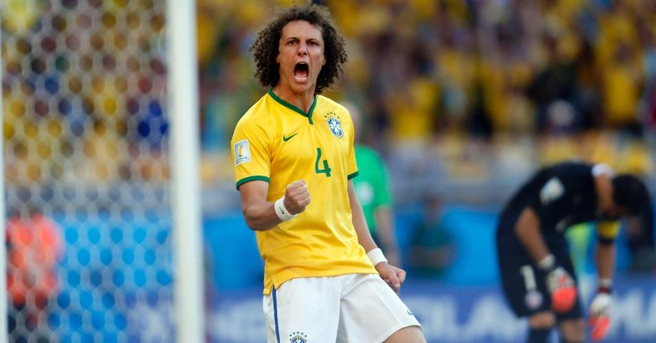 David Luiz comemora após converter a primeira cobrança de pênalti contra o Chile, no Mineirão