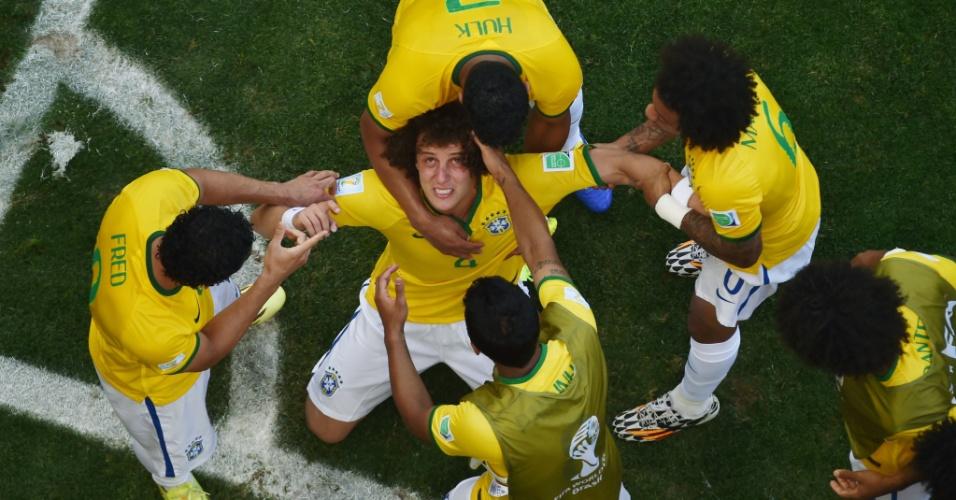 David Luiz comemora seu gol, em prantos, e é abraçado pelos companheiros