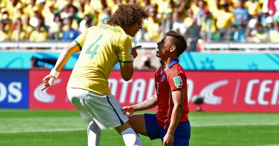 David Luiz discute com o chileno Alexis Sánchez, no início de jogo no Mineirão