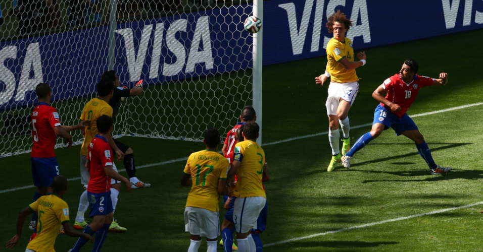David Luiz e Gonzalo Jara se embolam na área chilena e Brasil marca seu primeiro gol, abrindo 1 a 0 no Mineirão