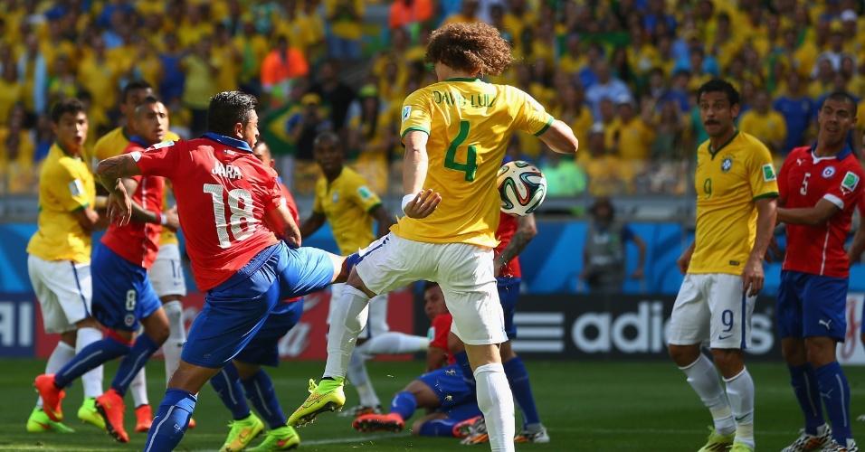 David Luiz e Vargas se embolam na área chilena, e o Brasil marca seu primeiro gol, abrindo 1 a 0 no Mineirão