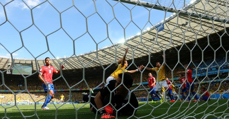 David Luiz já corre para comemorar enquanto a bola ainda balança as redes, no primeiro gol brasileiro contra o Chile, no Mineirão
