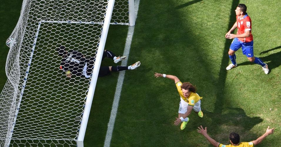 David Luiz sai para comemorar após o Brasil abrir o placar contra o Chile, no Mineirão