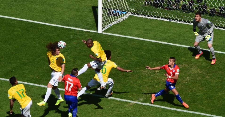 David Luiz sobe de cabeça e elimina o perigo na área brasileira, no começo do jogo contra o Chile