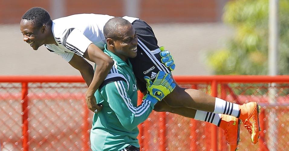 Em clima de descontração, Ahmed Musa é carregado pelo goleiro Vincent Enyeama durante treino da Nigéria, que se prepara para enfrentar a França na próxima segunda