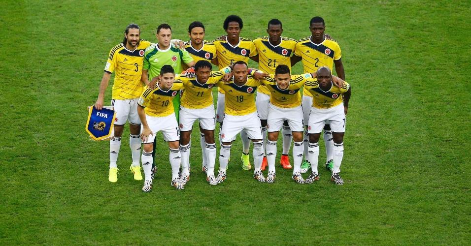 Equipe da Colômbia posa para foto oficial antes de jogo contra o Uruguai pelas oitavas de final da Copa