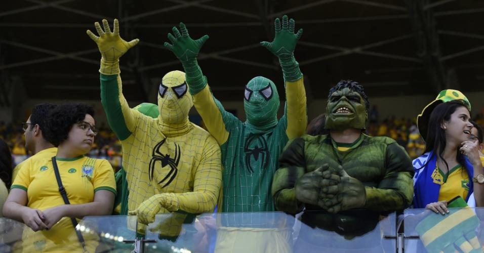 Fãs brasileiros se fantasiam de Hulk e Homem-Aranha para assistir à partida entre Brasil e Chile