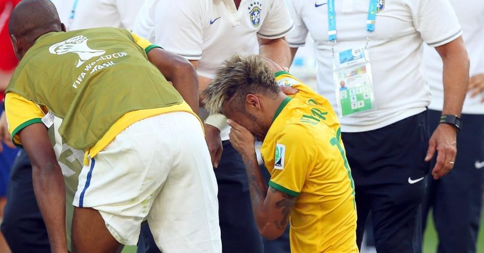 Felipão até foi amparar Neymar, um dos que mais chorou após vitória contra o Chile