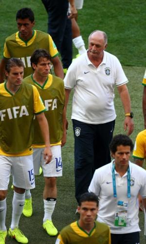 Felipão deixa o campo com caras de poucos amigos, depois de o Chile empatar o placar em 1 a 1