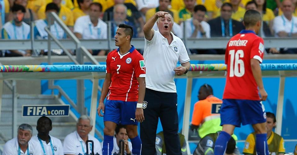 Felipão orienta jogadores da seleção brasileira na partida contra o Chile, no Mineirão