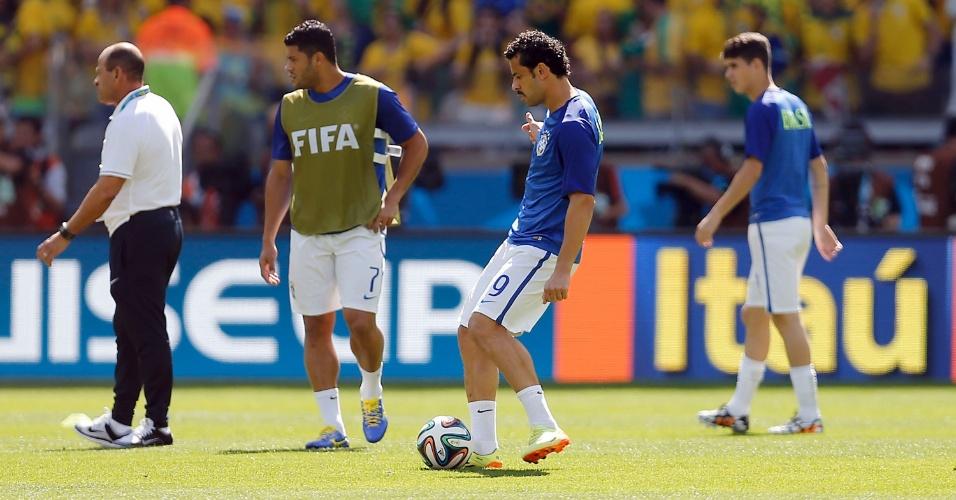 Fred bate bola no gramado do Mineirão antes da partida contra o Chile, pelas oitavas de final