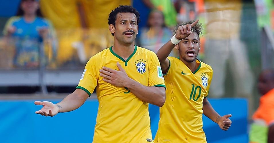 Fred e Neymar reclamam com o árbitro, que anulou gol de Hulk contra o Chile no Mineirão