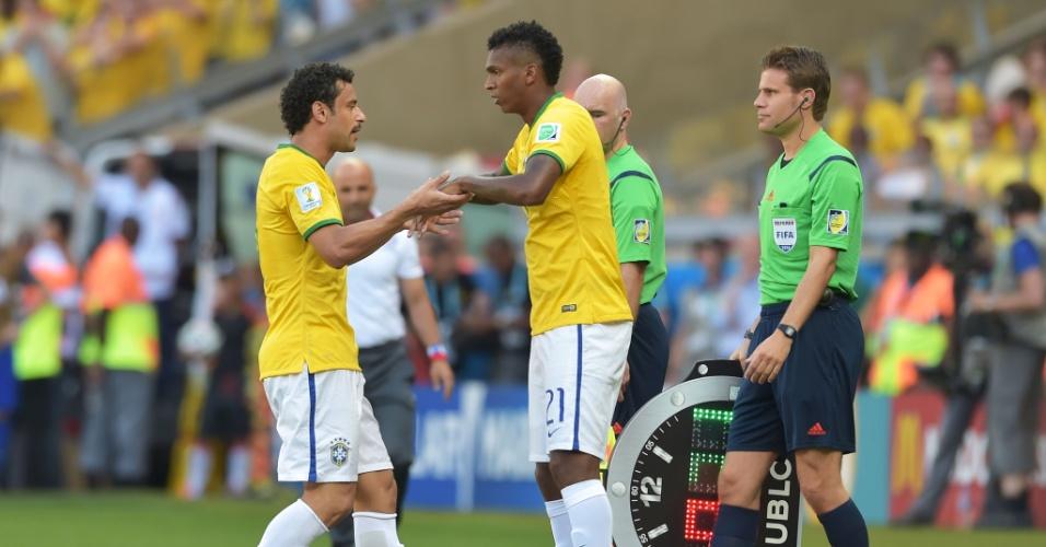 Fred é substituído por Jô no segundo tempo de jogo contra o Chile, no Mineirão