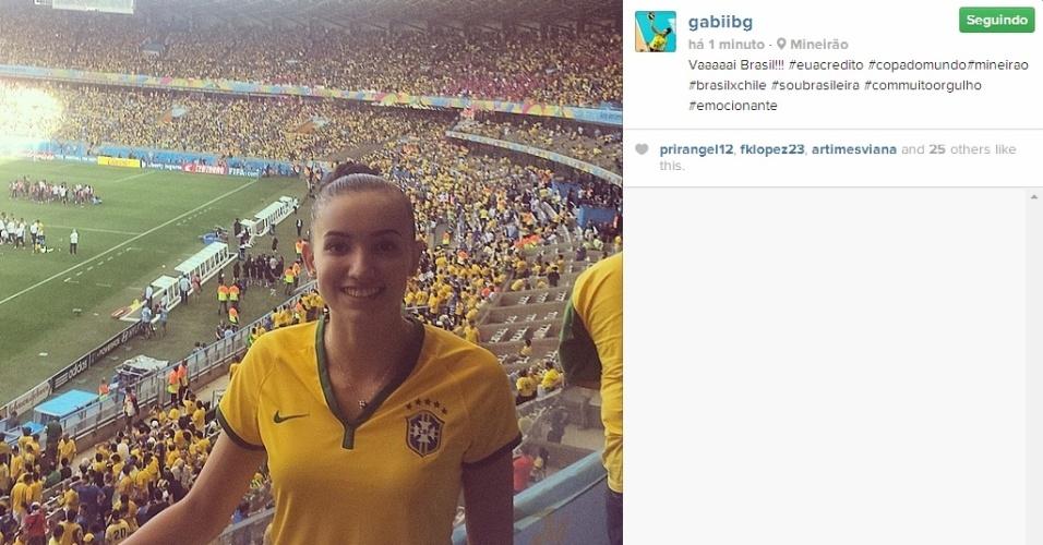 Gabi, da seleção brasileira de vôlei, acompanha jogo entre Brasil x Chile no Mineirão