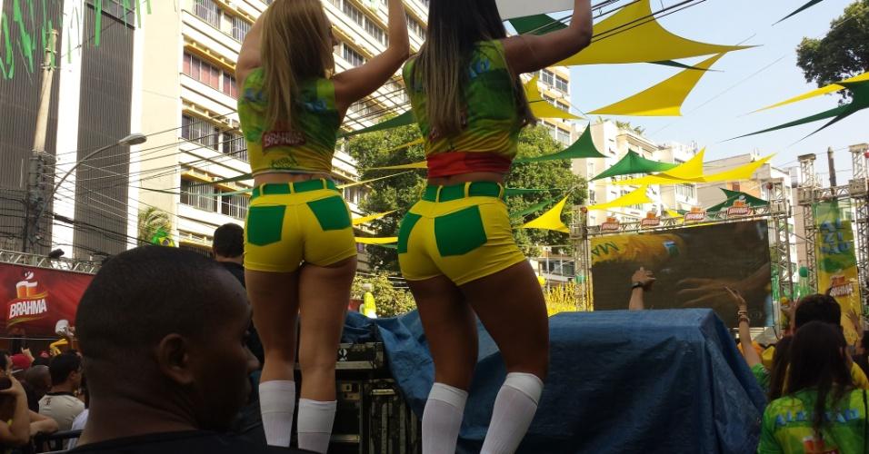 'Garotas do placar' fazem sucesso na festa da torcida brasileira no Alzirão