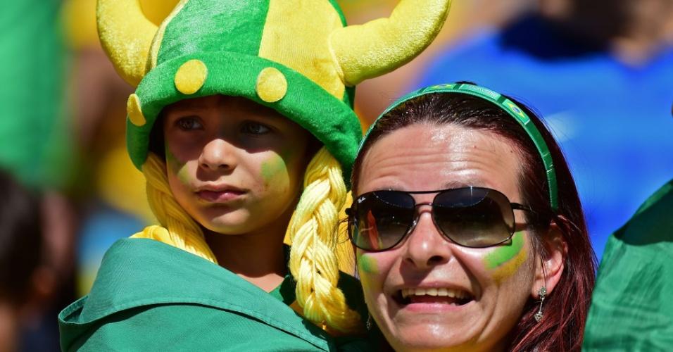 Garotinho se agarra a sua mãe antes da partida entre Brasil e Chile