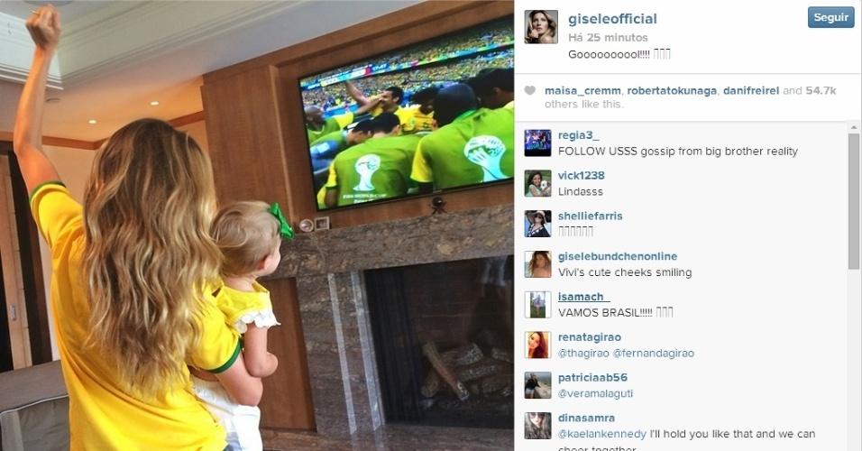 Gisele Bündchen comemora primeiro gol da seleção brasileira contra o Chile