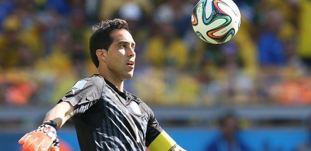 Goleiro chileno Bravo tenta sair com bola dominada contra o Brasil, no Mineirão