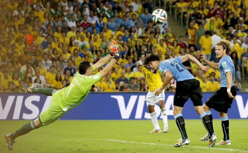 Goleiro colombiano Ospina salta para salvar finalização do Uruguai
