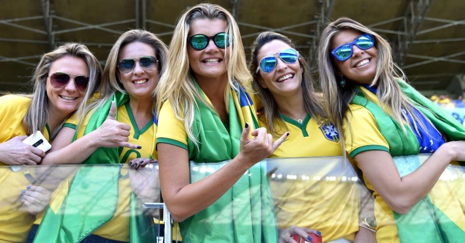 Grupo de torcedoras posa para foto na arquibancada do Mineirão antes do jogo contra o Chile
