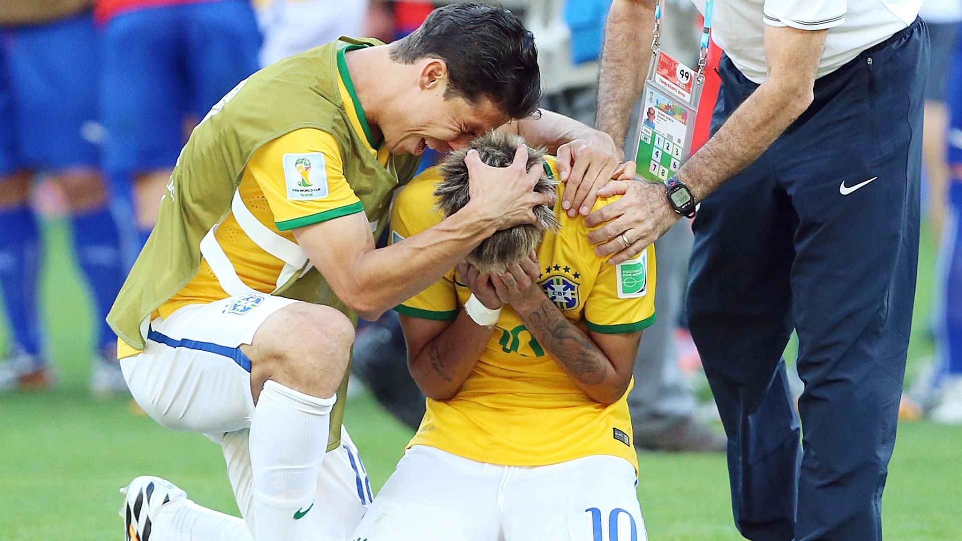 Hernanes consola e comemora com Neymar, após a classificação sofrida do Brasil para as oitavas de final