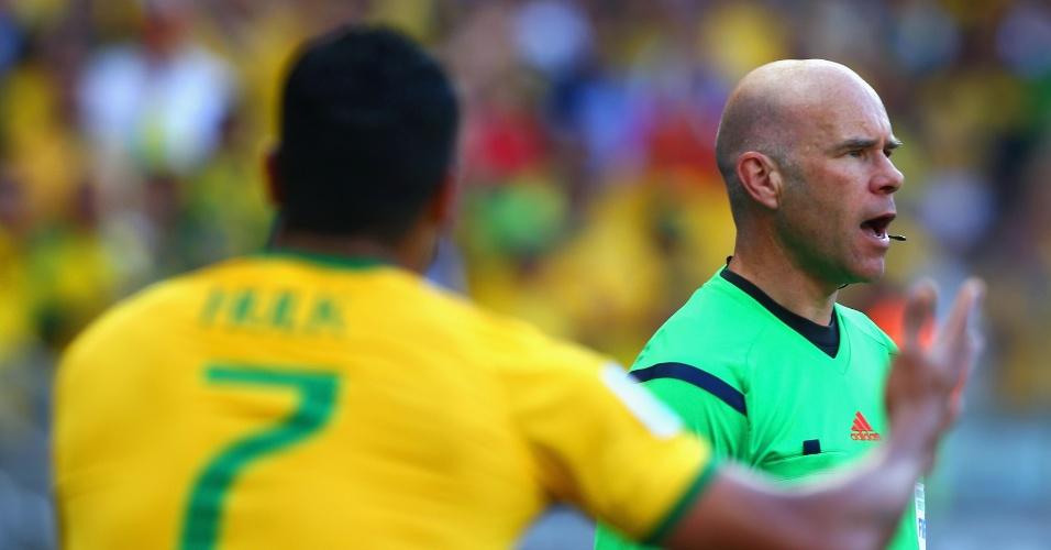Hulk reclama com o assistente Michael Mullarkey após ter matar a bola no braço e ter gol anulado no segundo tempo contra o Chile