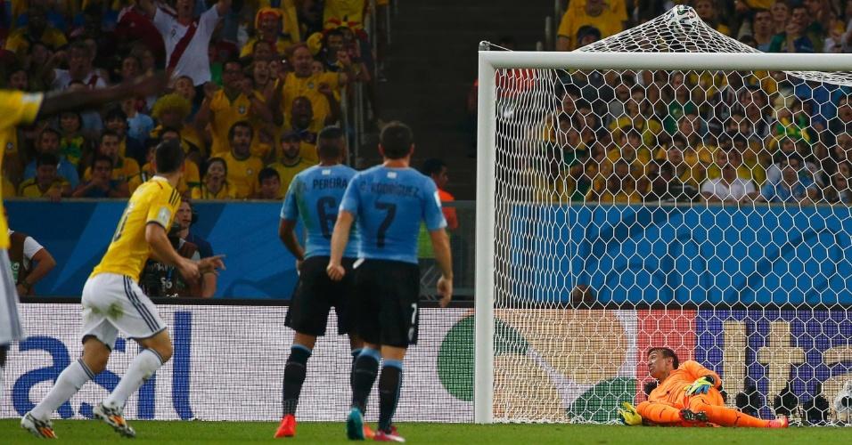 James Rodríguez arrisca de longe e faz golaço para a Colômbia contra o Uruguai
