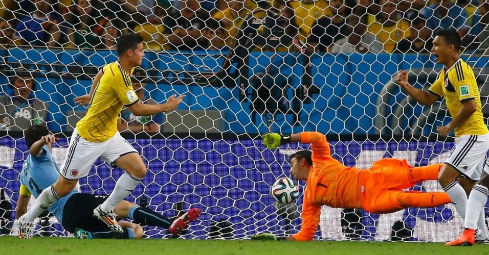 James Rodríguez desvia cruzamento de cabeça feito por Cuadrado e aumenta para a Colômbia sobre o Uruguai