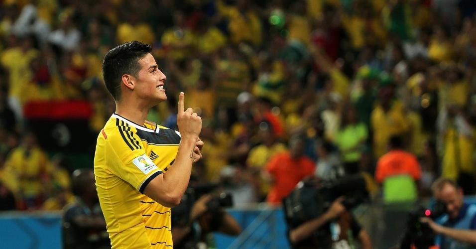 James Rodríguez exibe escudo da Colômbia após marcar o segundo sobre o Uruguai