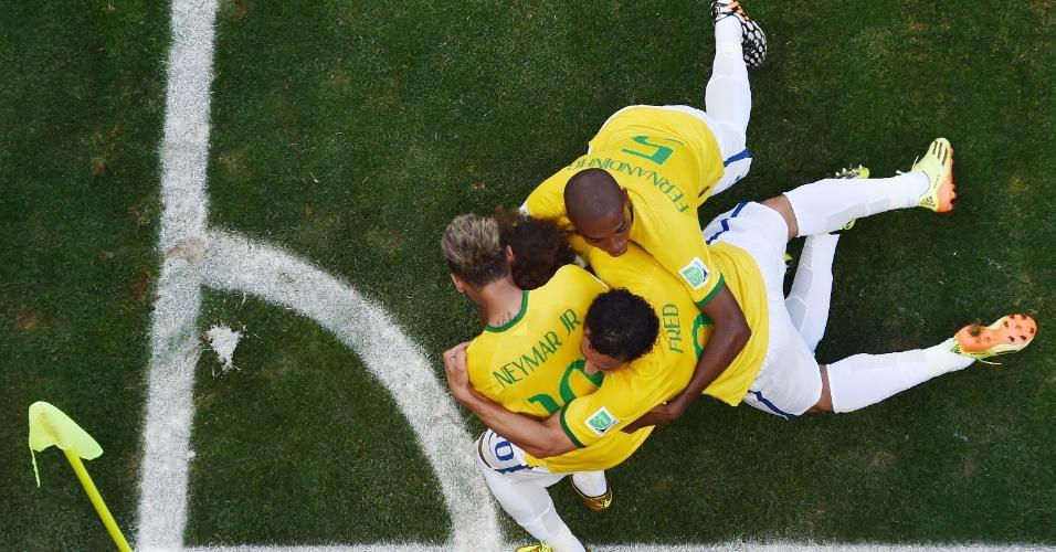 Jogadores abraçam David Luiz na comemoração do gol que abriu o placar no Mineirão