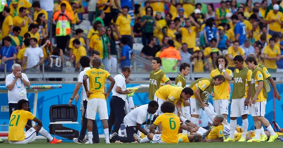 Jogadores da seleção brasileira aproveitam o intervalo para se recuperar fisicamente antes da prorrogação contra o Chile