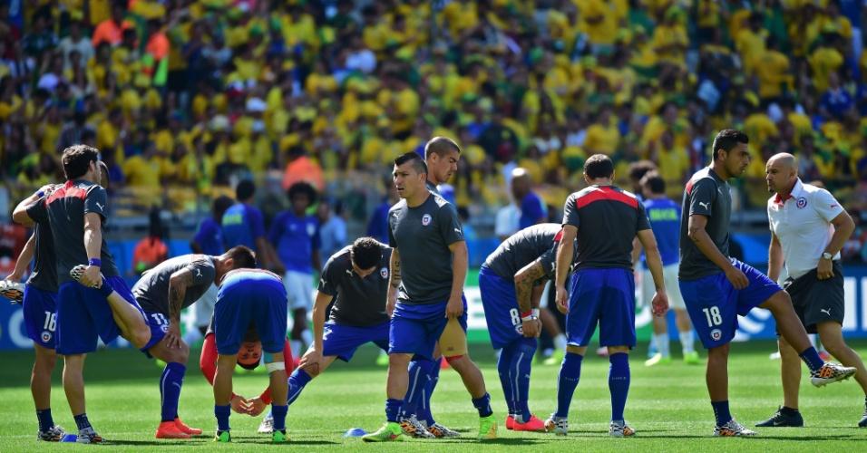 Jogadores da seleção chilena fazem o aquecimento antes do duelo com o Brasil pelas oitavas de final da Copa