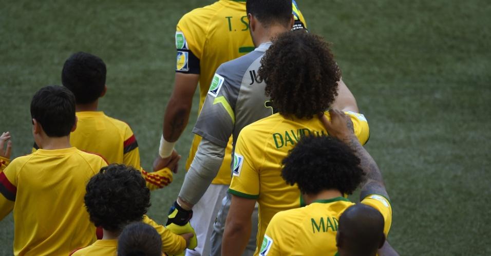 """Jogadores da seleção entram em campo em """"trenzinho"""", para as oitavas de final contra o Chile"""