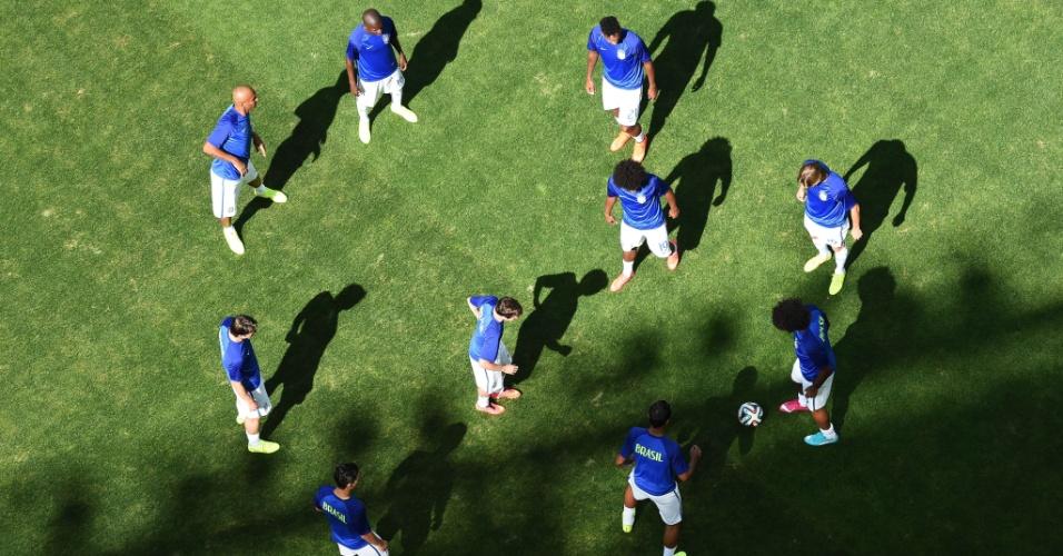 Jogadores da seleção fazem o aquecimento antes do duelo com o Chile pelas oitavas de final da Copa