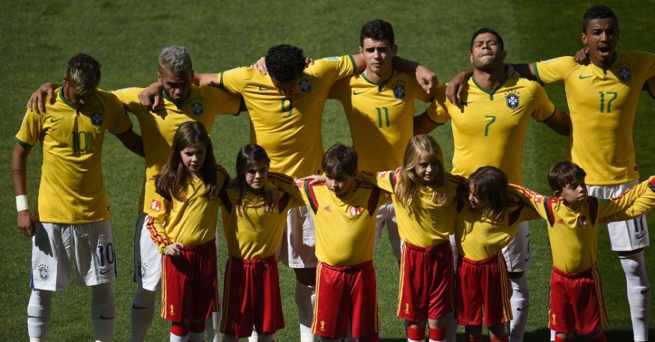 Jogadores do Brasil acompanham o hino nacional, no Mineirão, antes do duelo com o Chile
