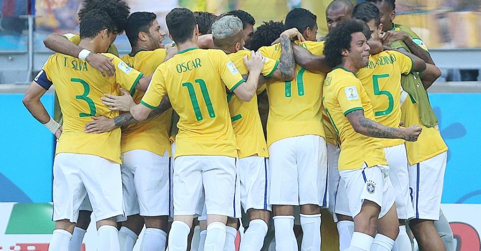 Jogadores do Brasil comemoram o gol contra o Chile, no Mineirão, pelas oitavas de final da Copa