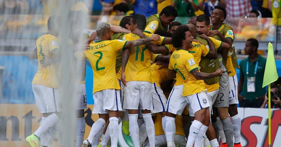 Jogadores do Brasil comemoram o primeiro gol contra o Chile, no Mineirão, pelas oitavas de final da Copa