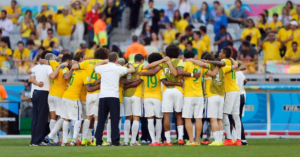 Jogadores do Brasil fazem corrente antes da cobrança dos pênaltis contra o Chile