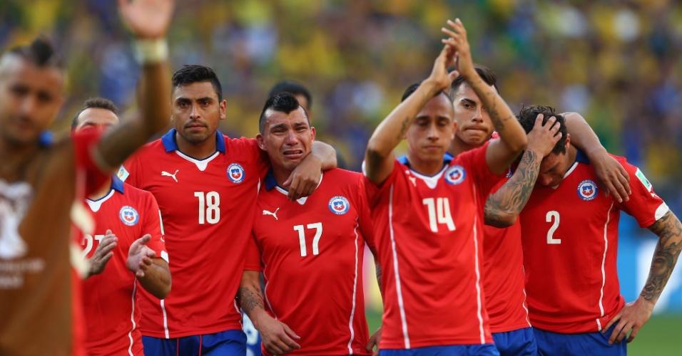 Jogadores do Chile se emocionam na despedida da Copa, após a dramática derrota para o Brasil nos pênaltis