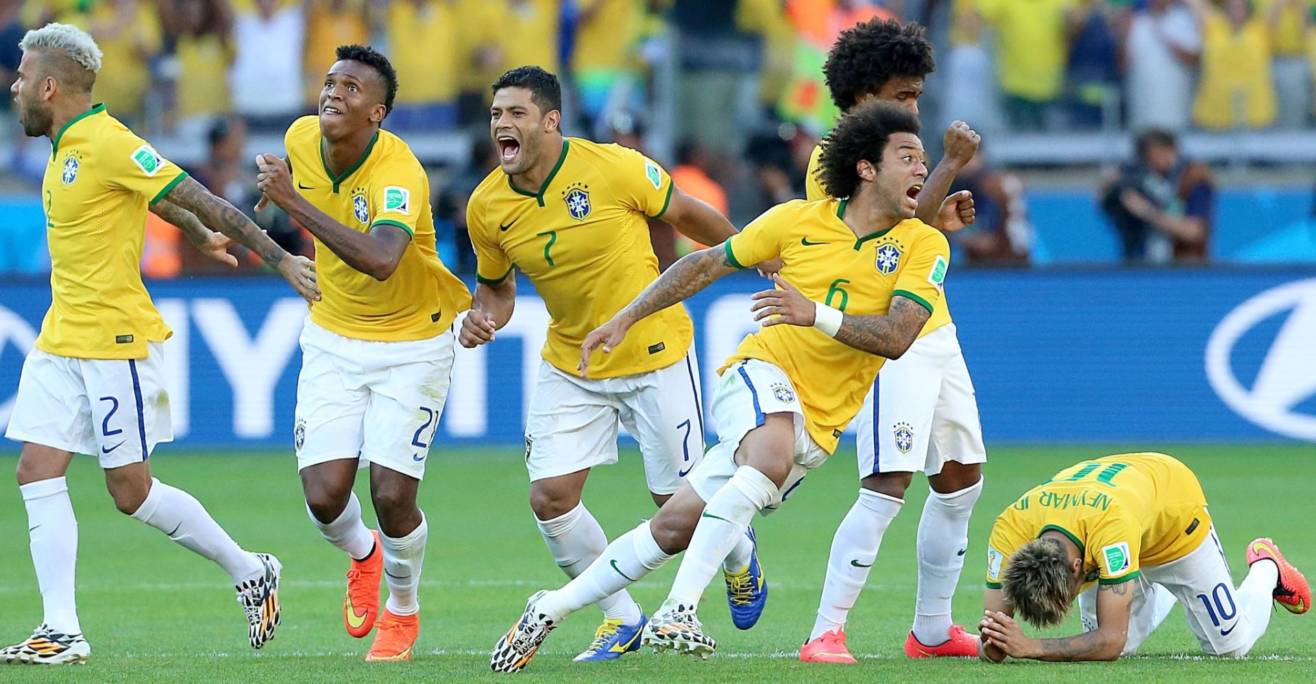 Jogadores saem em comemoração, enquanto Neymar, sem ver a última cobrança, fica ao chão