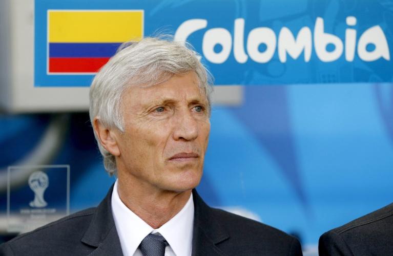 Jose Pekerman, técnico da Colômbia, observa partida contra o Uruguai pelas oitavas de final