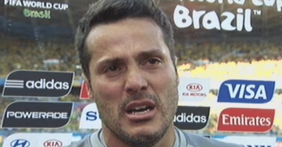 Júlio César chora ao dar entrevista para a Globo após a vitória do Brasil sobre o Chile nos pênaltis
